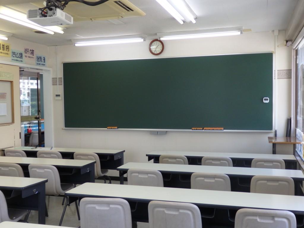 【401号室】 教室は職員室の1つ上の階、4階にあります。 明るい教室です! 基本的に3人掛けの席を2人で使います。