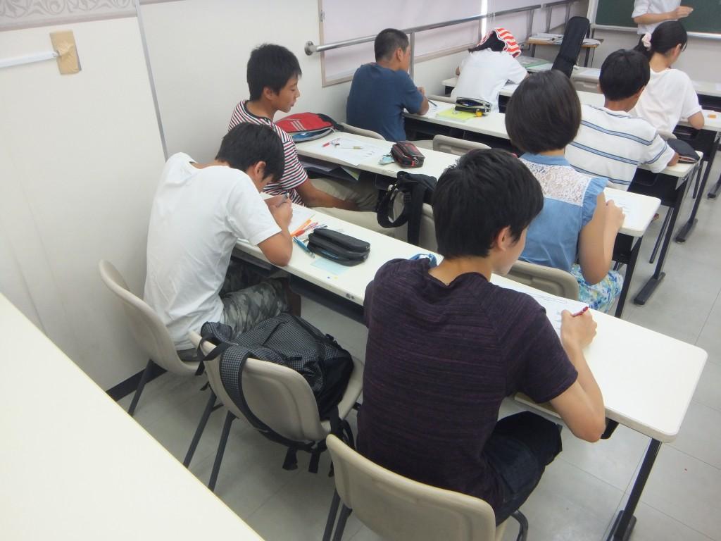 学習風景~中学生編~ 週3日の50分×3コマの授業!(理科・社会は1コマ75分) 毎日部活などがある中でも、しっかり集中して授業を受けています。  毎回の授業で実施される確認テストに合格するためにも、 その日の授業の内容をその日のうちに理解することの大切さを日々実感してくれています。