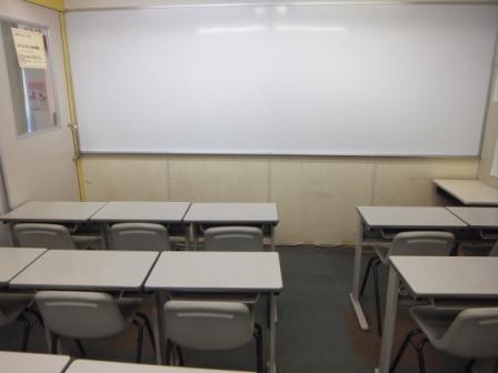 ホワイトボードと黒板の教室があります。