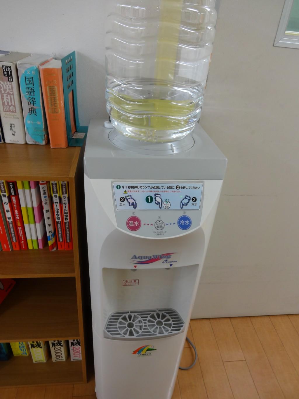 水筒を忘れたお子様用にウォーターサーバーを置いています。特に夏場、脱水にならないように配慮しています。